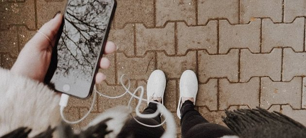 /images/r/woman-holding-cellphone-and-walking-down-the-street-by-melanie-pongratz-on-unsplash-compressor/c630x285/woman-holding-cellphone-and-walking-down-the-street-by-melanie-pongratz-on-unsplash-compressor.jpg